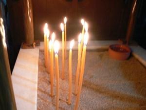 Świece przy grobie św. Łazarza