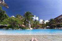 Hotel Aston Bali Resort & Spa - Hotelowy basen i nogi pewnego Szcześciarza - moje:-)