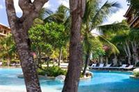 Hotel Aston Bali Resort & Spa - Plaza przy hotelu: czyściutka, z parasolami, sloneczna przez caly dzien:)