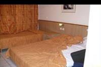 Hotel Eri Beach - lózka w pokoju