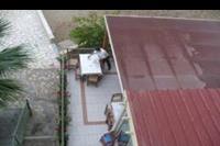 Hotel Eri Beach - widok z balkonu na dól na stoliki ze stolówki