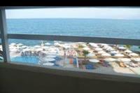 Hotel Eri Beach - widok z mojego balkonu na hotelowy basen
