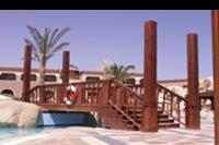Hotel Sentido Mamlouk Palace Resort & Spa - Kladka nad basenem .