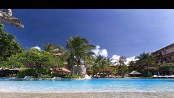 Hotelowy basen i nogi pewnego Szcześciarza - moje:-)