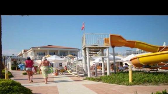 Widok hotelu od strony morza