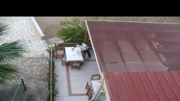 widok z balkonu na dól na stoliki ze stolówki