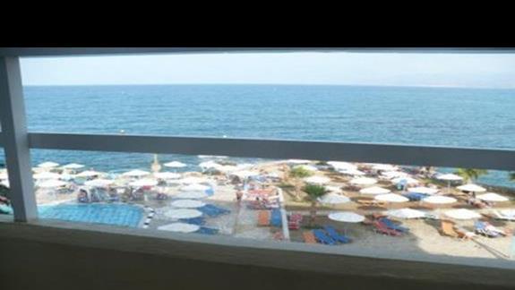 widok z mojego balkonu na hotelowy basen