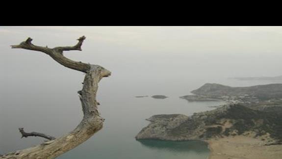 Widok na wybrzeze ze wzgórza na którym znajduje sie klasztor Tsambika