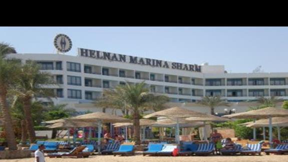 widok hotelu z plazy