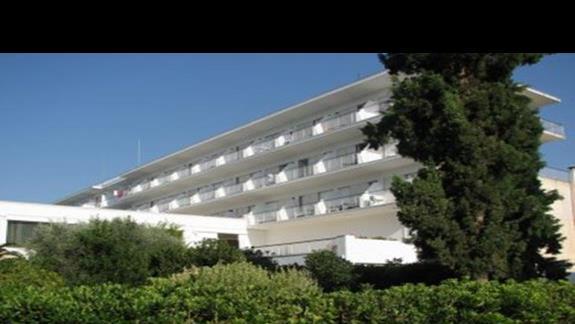 Balkony hotelowe z widokiem na morze.