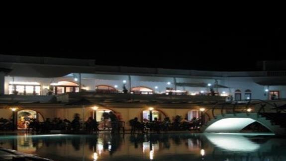 Stolówka hotelowa - widok nocą.