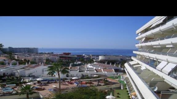 boczny widok z balkonu na Ocean