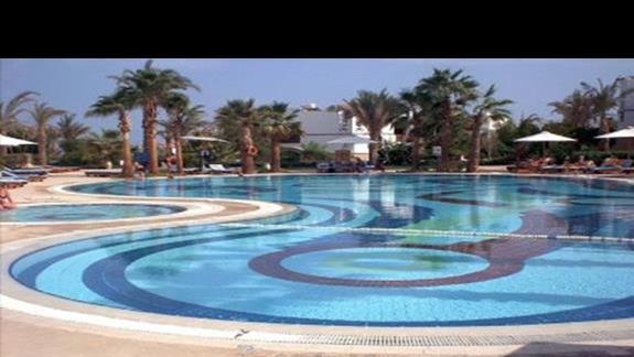 Basen górny hotelu Amphoras Holiday Inn