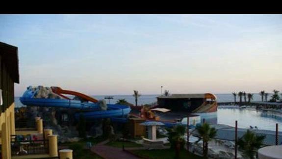 widok z tarasu-zjezdzalnie,basen,amfiteatr,morze