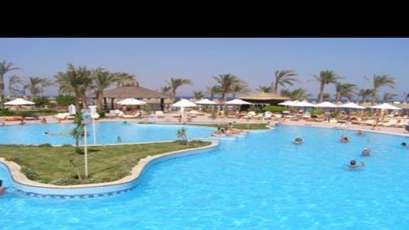 duzy basen przy plazy