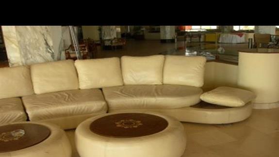 tia heihgts sofy w lobby barze