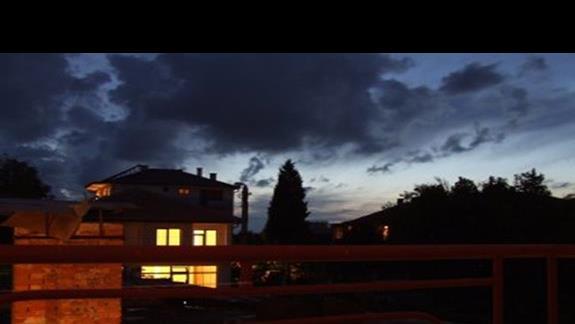 Nocny widok z \'bocznego\' pokoju