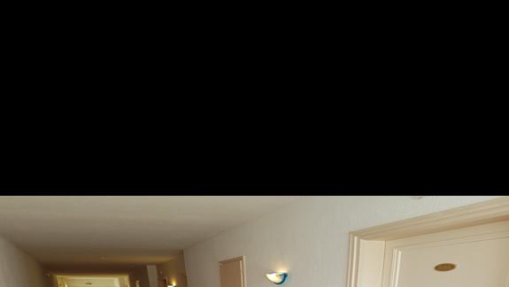 Hotelowy korytarz.