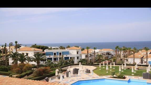 Widok z restauracji na basen i morze