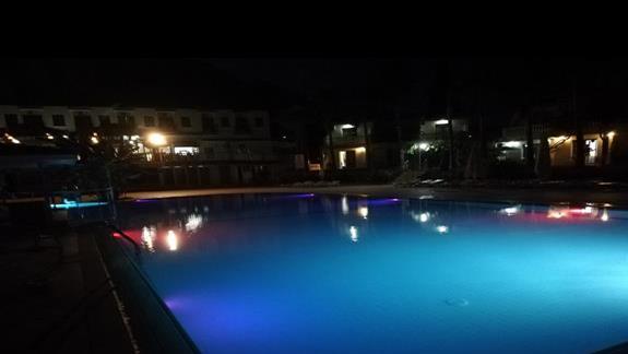 Podświetlany basen wieczorem