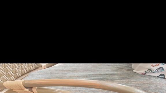 krzesla w holu.Farba przykleja sie do czlowieka jak by ciastolina:)