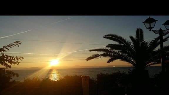 widok z drzwi hotelu - wschód słońca