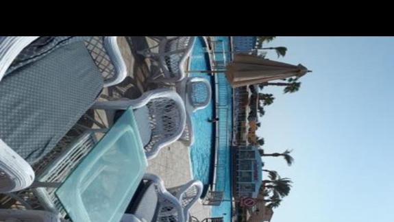 fajny bar przy basenie głównym z wieloma miejscami do siedzenia