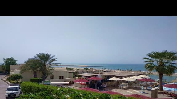 Widok na jeden z barów, teren hotelowy i plażę