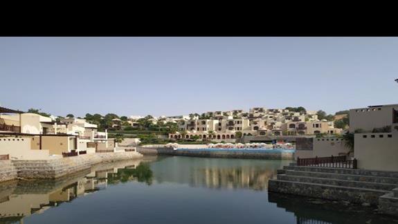 Widok na lagunę i teren hotelu