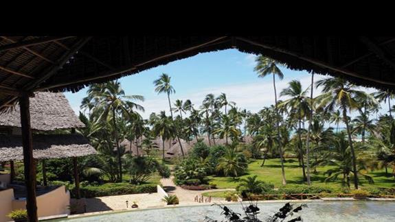Widok z lobby na teren hotelu