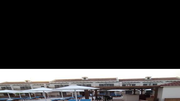 widok z okna w pokoju z basenem