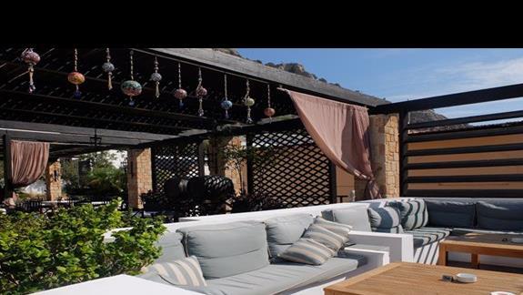 miejsce wypoczynku przy basenie w hotelu Coralli Beach