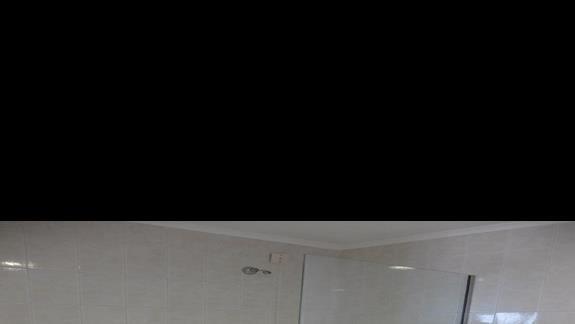 łazienka w pokoju rodzinnym w hotelu Lutania Beach