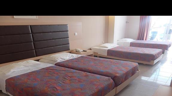 pokój standardowy z dwoma dostawkami w hotelu Golden Odyssey