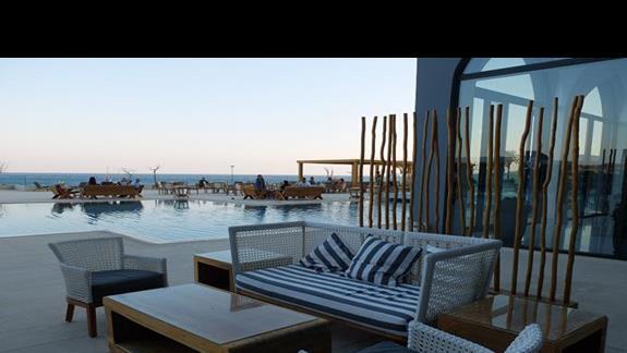 basen i częśc wypoczynkowa w hotelu Mitsis Alila