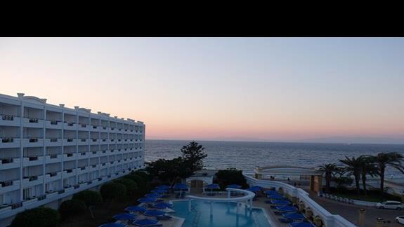 widok z okna hotelu Mitsis Grand