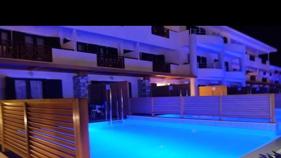 prywatne baseny w hotelu Mitsis Ramira