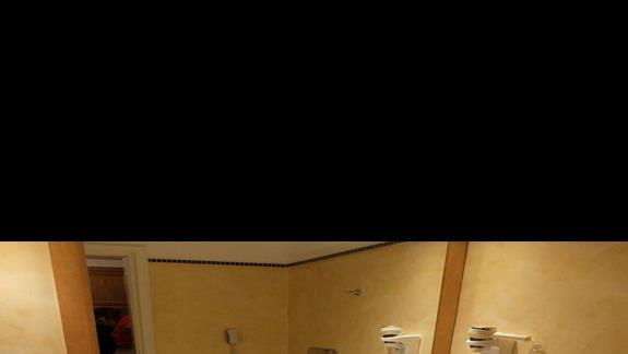 łazienka w pokoju rodzinnym w hotelu Mitsis Ramira
