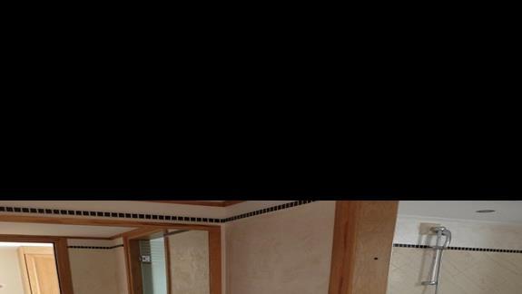 łazienka w pokoju standardowym w hotelu Mitsis Family Village