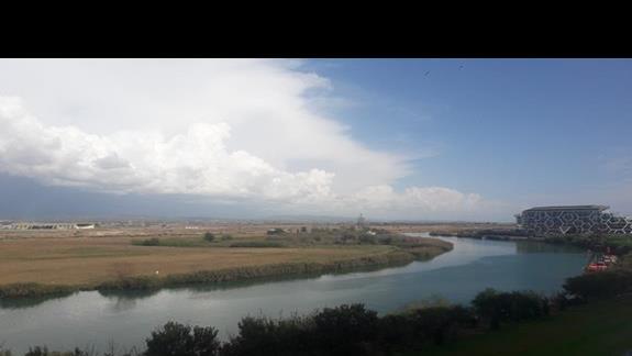 widok na rzekę z pokoju z 4 piętra