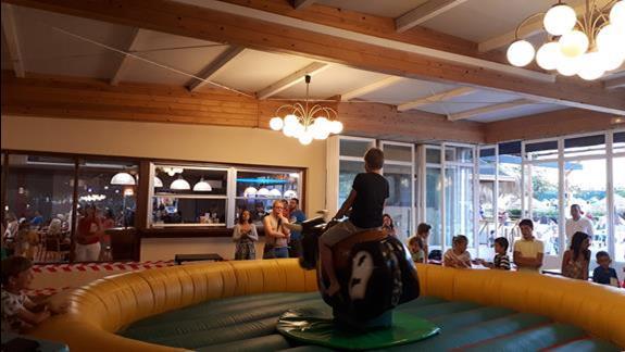 Podczas wieczoru gier i zabaw rodzinnych każdy mógł ujeżdżać mechanicznego byka