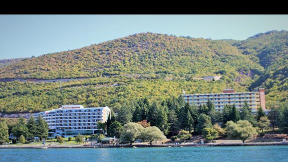 widok na hotel z perspektywy jeziora