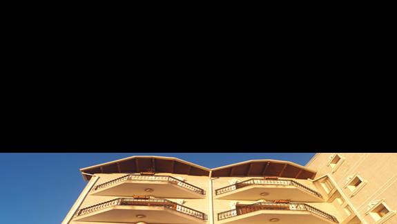 Widok hotelu Onufri z ogrodu