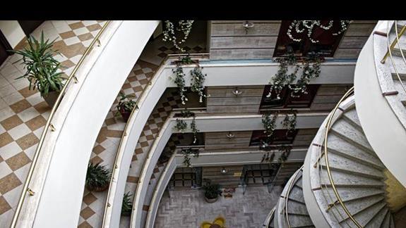 Widok z górnego korytarza na dolny hol hotelu Leonardo