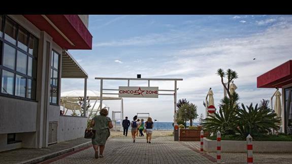 Wejście na plażę hotelu Leonardo