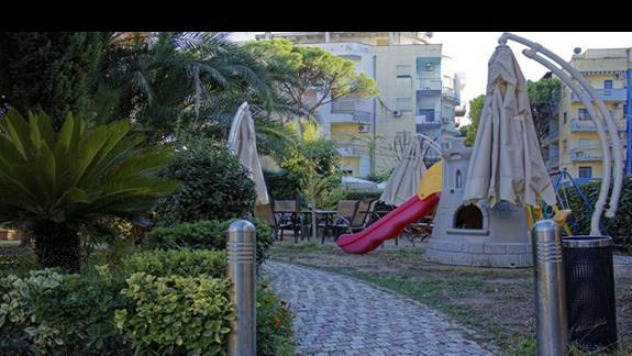 Plac zabaw dla dzieci w ogrodzie hotelu California Resort