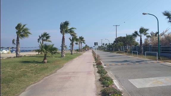 ścieżka pomiędzy hotelem a plażą