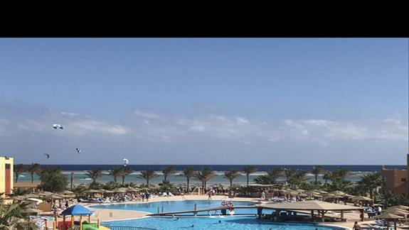 Panorama z tarasu hotelu.