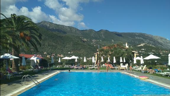 Relax na basenie hotelowym.