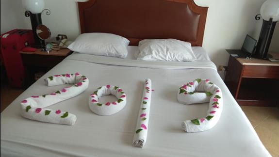 obsluga hotelowa z dusza artystyczna - na cyfrach swieze platki kwiatów